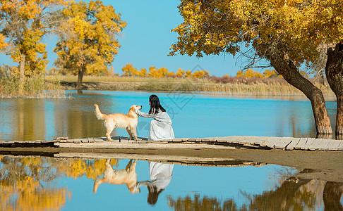 胡杨林里的少女与狗图片