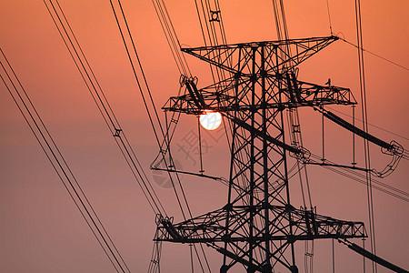 日落下的电力铁塔图片