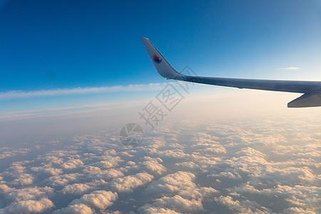 飞机上俯瞰天空图片