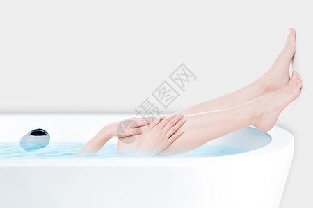 浴缸中的女性腿图片