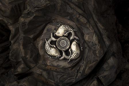 暗背景的三鱼指尖陀螺图片