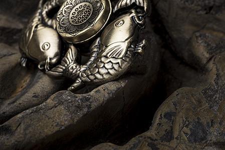 木头上的三鱼指尖陀螺图片