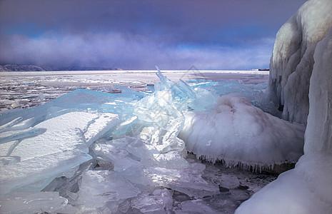 冬季贝加尔湖上壮观的蓝冰图片