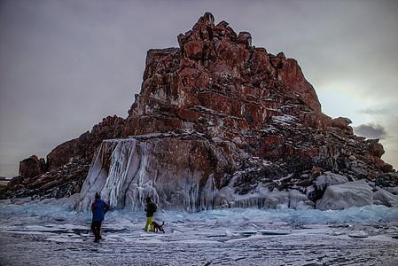 冬天严寒中被冰封的山丘图片