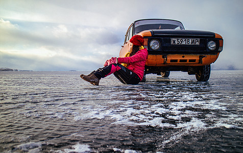 冰面上古董汽车与美女图片