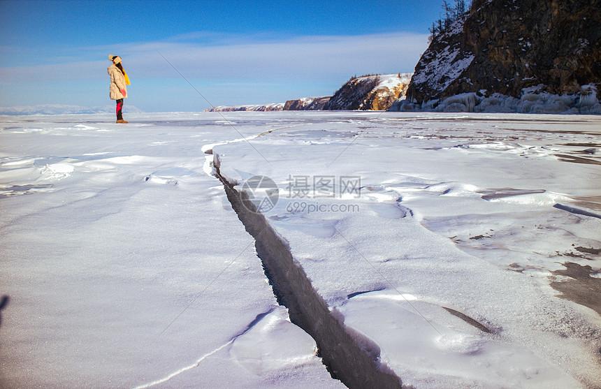冬季结冰的湖面上壮观的冰裂图片