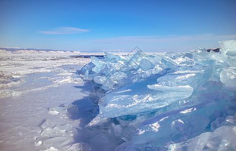 冬季湖面上蓝色的冰块图片