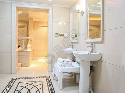 酒店明亮的卫生间图片