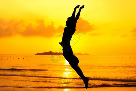 海滩跳跃的人图片