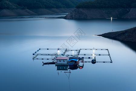 宁静水上的房子小船图片