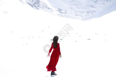 雪中的红衣女子图片