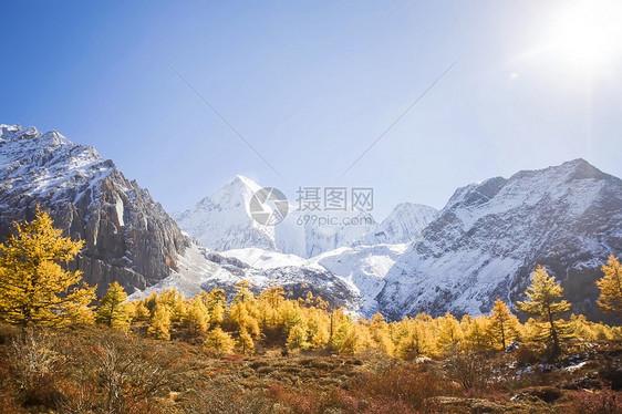 雪山脚下秋天景色图片