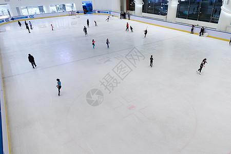 旱冰场上滑冰的人图片