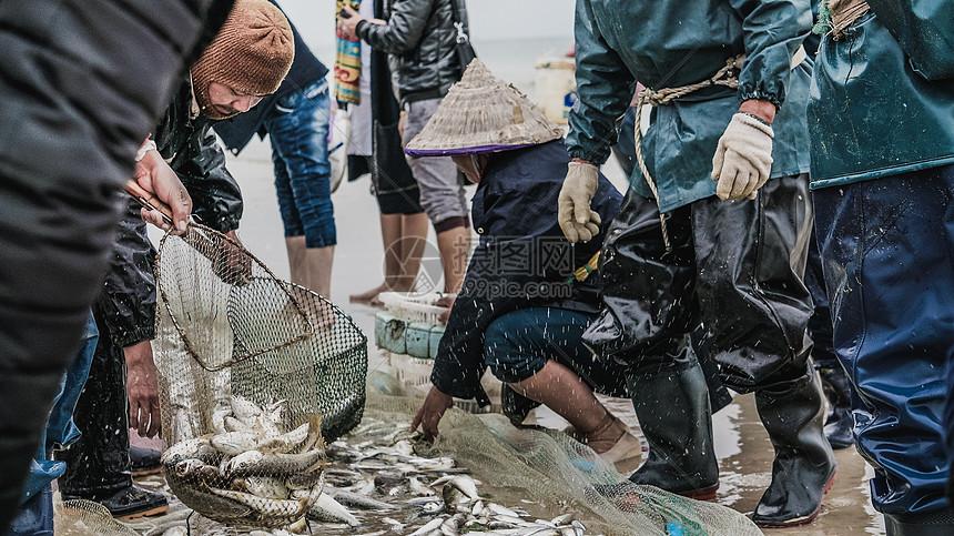 广西北海银滩渔民捕鱼图片