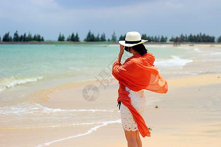 海边沙滩上的少女图片