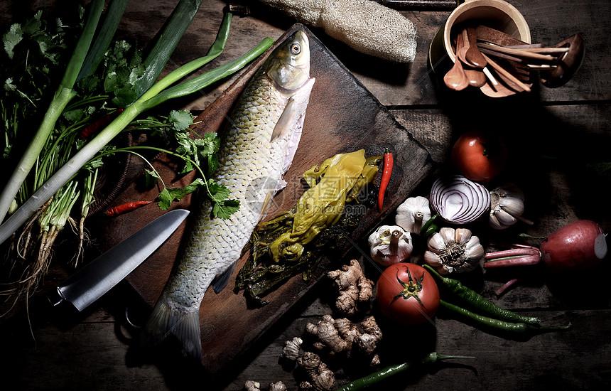 一整条鱼和食材图片