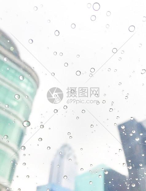 雨滴中的城市天空图片