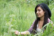 公园草木中的女孩图片