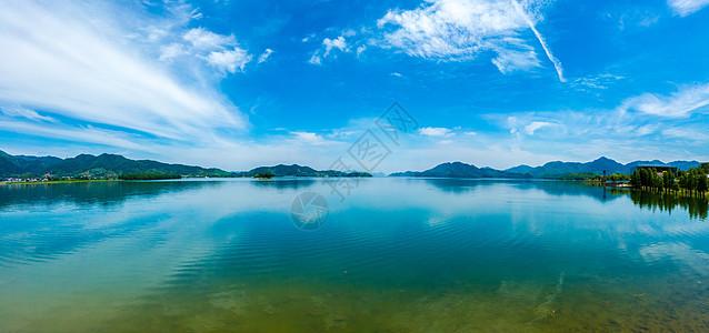 浙江余姚四明山的碧水蓝天图片