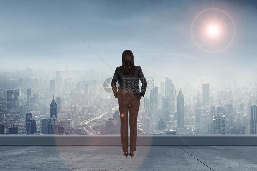成功人士站在高处俯瞰图片