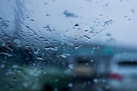 车窗上的雨滴图片