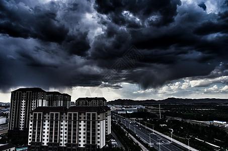 乌云下的建筑图片