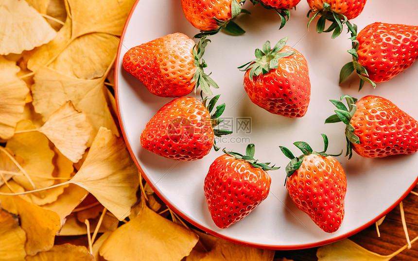 草莓与银杏叶图片