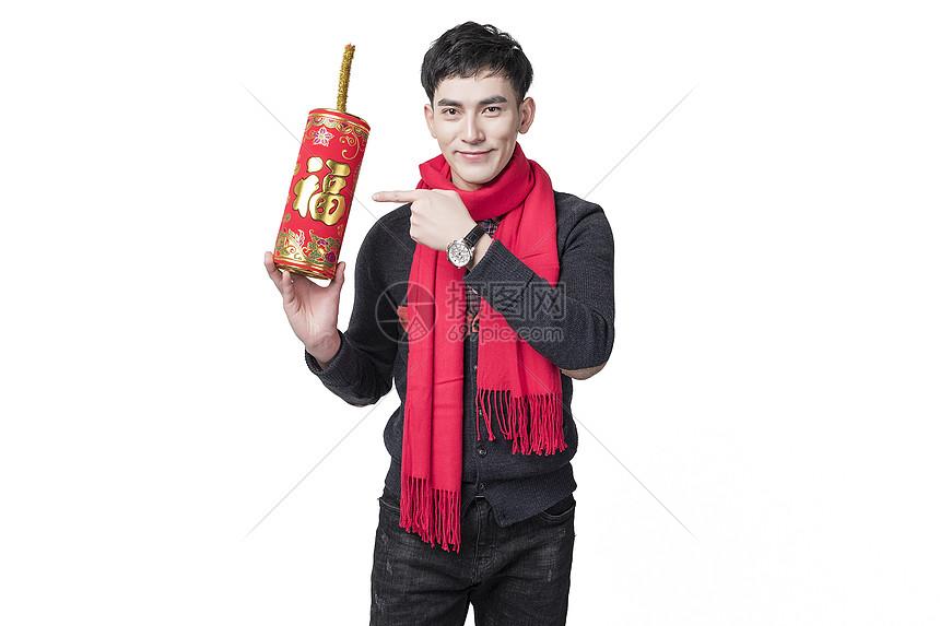 新年喜庆男士人像手持福字火柱图片