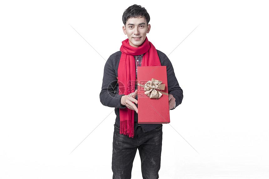 新年喜庆男士人像手持礼物图片