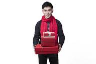 新年喜庆男士人像抱着礼物盒图片