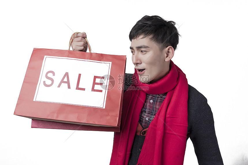 新年喜庆男士人像手持打折购物袋图片
