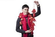 春节喜庆男士人像手持红辣椒图片