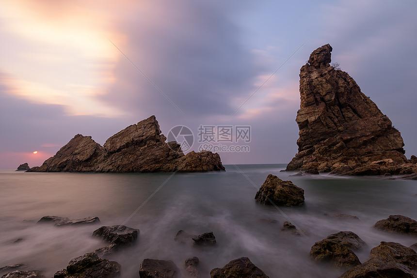 帆船形状的海边礁石图片