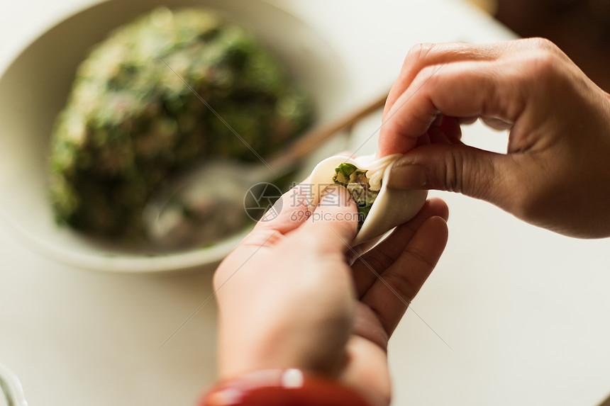 手工水饺包水饺特写图片