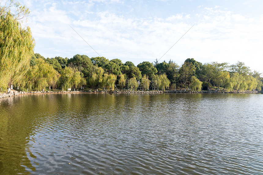 风景宜人的湖水和倒影图片