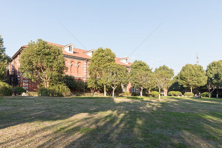 别墅前的大草坪全景图片