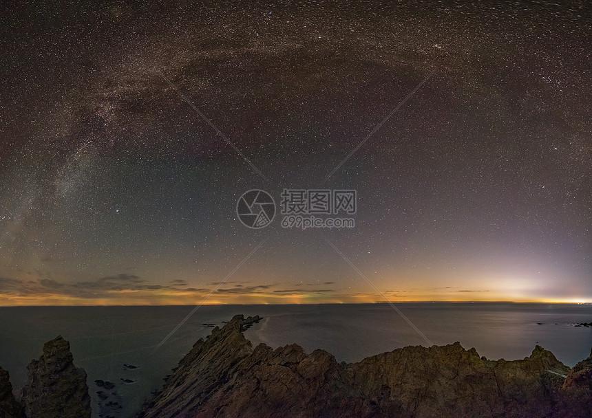 银河苍穹下的大海和礁石图片