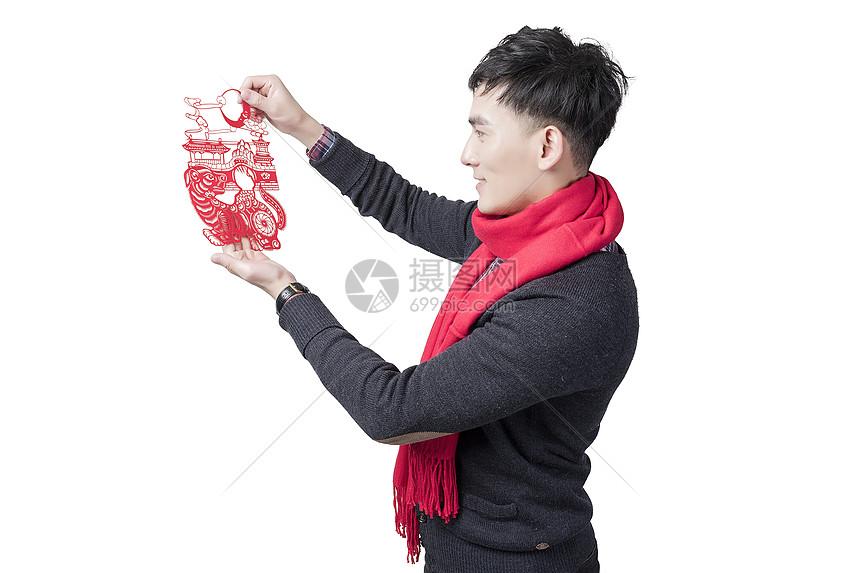 新年男士人像手持窗花图片