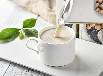 往杯子里倒牛奶图片