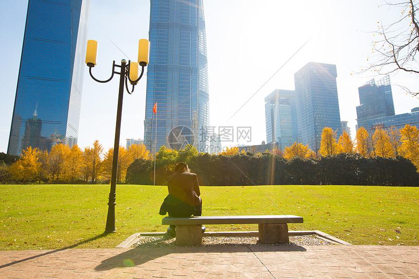 坐在公园里的人图片
