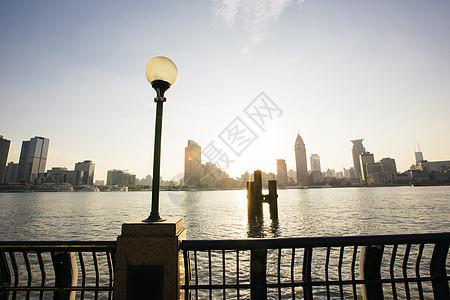 上海地标黄昏时的滨江大道图片