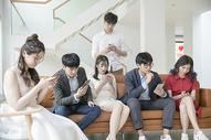 青年聚会玩手机500756787图片