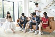 青年聚会玩手机图片