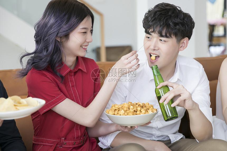 年轻情侣互相喂食图片