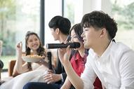 青年聚会唱歌图片