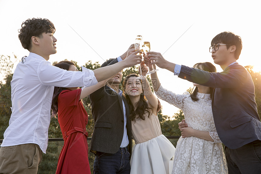 青年聚会一起举杯喝酒庆祝图片
