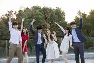 青年聚会一起欢乐跳舞图片