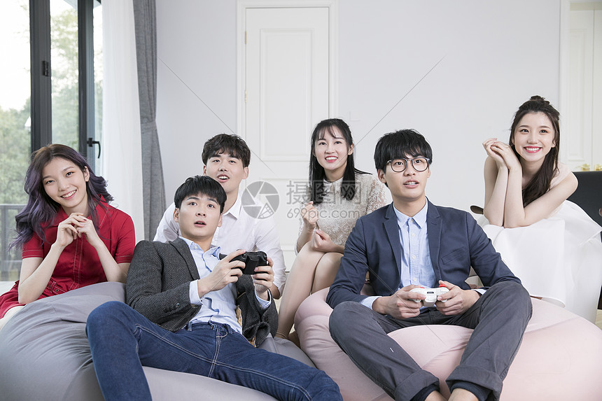 朋友聚会一起玩游戏图片