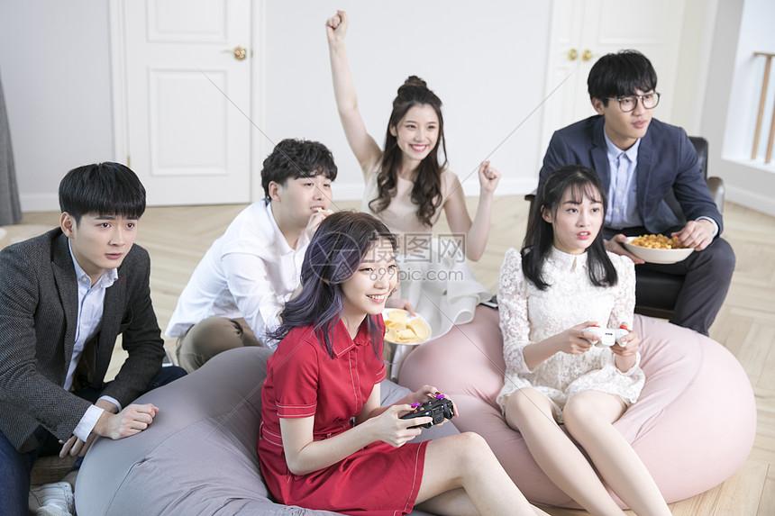 朋友们一起玩游戏图片