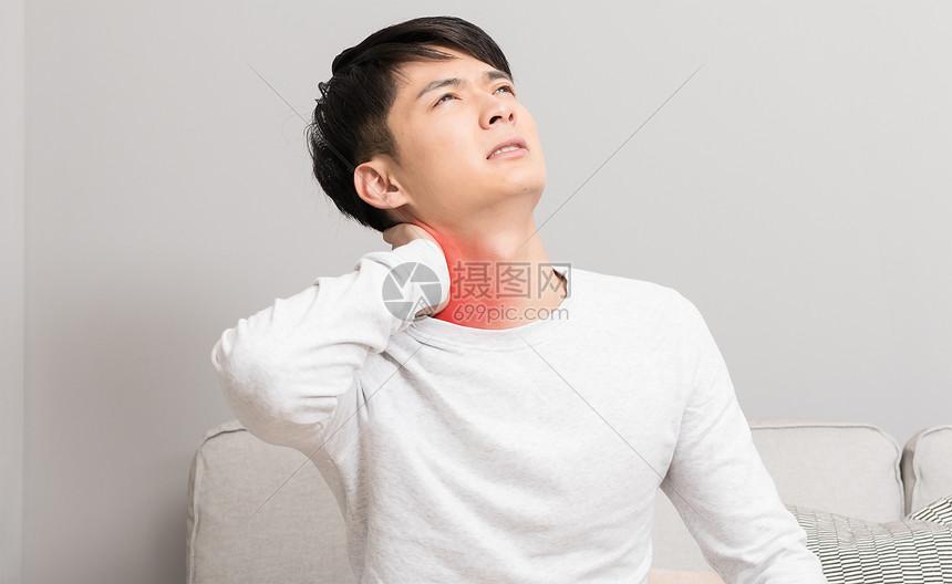 脖子酸痛的男性图片